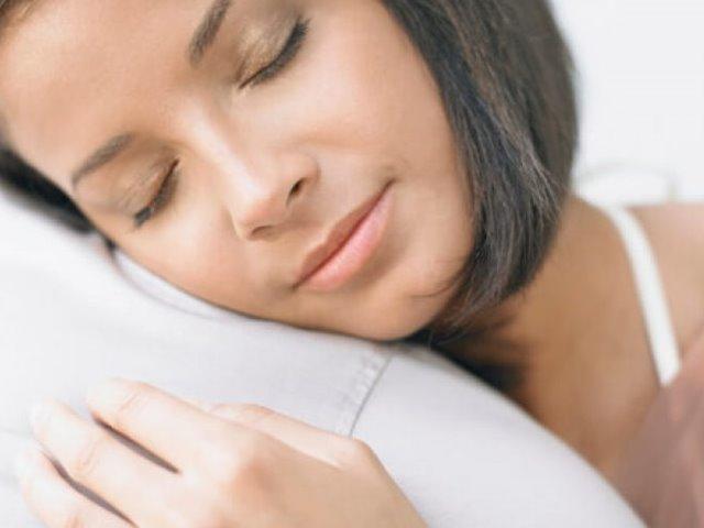 שמירה על עור הפנים בזמן השינה